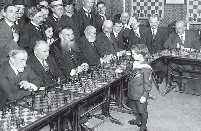 Die alte Geschichte vom Wunderkind Samuel Reshevsky, als Szmul Rzeszewski in Polen geboren, gilt als eines der ersten Wunderkinder der Schachgeschichte. Bereits als kleiner Bub gab er große Simultanveranstaltungen – im Matrosenanzug.